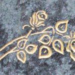 Rose vertieft gehauen und mit Blattgold ausgelegt