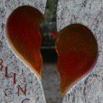 zwei zusammenpassende Herzhälften aus Glas