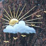 Sonne vertieft gehauen und mit Blattgold ausgelegt, Wolke getönt