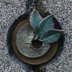 aufbrechendes Blattwerk aus Bronze