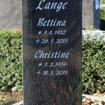 Hochstein als Stele aus Impala mit verspannten Seiten, vertiefte Inschrift lichtgrau getönt