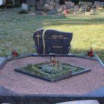 Grabanlage aus Orion mit Pflanzviereck und Abdeckplatten