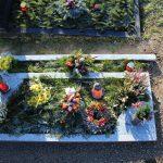 Grabanlage aus Viskont White mit Bronzevase und Bronzelaterne