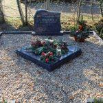 Grabanlage aus Orion mit Pflanzviereck und darauf liegender Abdeckplatte