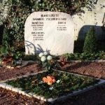 Grabanlage aus Karamelmarmor mit Pflanzeinfassung als Raute und Versenkvase aus Bronze