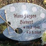 Schriftplatte als Farbpalette mit Stütze aus Viskont White, vertiefte Inschrift rotbraun getönt, Pinsel aus Bronze
