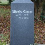 Hochstein als Obelisk aus Schwarz Schwede geschliffen, vertiefte Inschrift weiß getönt
