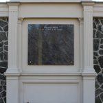 Schriftplatte aus Orion mit Bronzerosetten, vertiefte Inschrift lichtgrau getönt