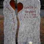 Hochstein zweiteilig aus Lavendula mit zwei gläsernen Herzhälften, vertiefte Inschrift rotbraun getönt
