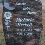 Hochstein aus Aruba, , vertiefte Inschrift lichtgrau getönt mit fotorealistischer Chrysantheme