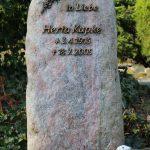 Hochstein aus Rosa Quarzit, Bronzeschrift in Einzelbuchstaben