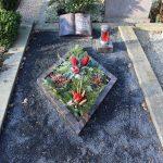 Grabanlage aus Aruba mit Pflanzeinfassung als Raute und Naturstein/Alulaterne