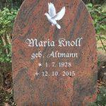 Hochstein aus Twilight Red, vertiefte Inschrift lichtgrau getönt mit fotorealistischer Taube