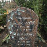 Hochstein aus Ostseerot, vertiefte Inschrift lichtgrau getönt mit teilplastischem Efeu