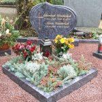 Grabanlage aus Orion mit Pflanzviereck und Bronzelaterne
